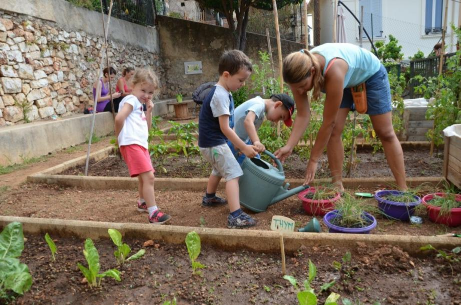 Les petits jardiniers en herbe (3-6ans), encadrés par Léa, ont appris à désherber, retourner la terre, planter la ciboulette, arroser...