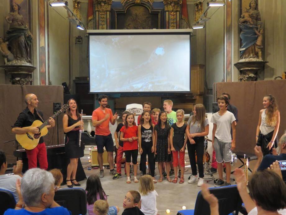 Le trio musical, Rémy Masseglia et les enfants de l'atelier cinéma.