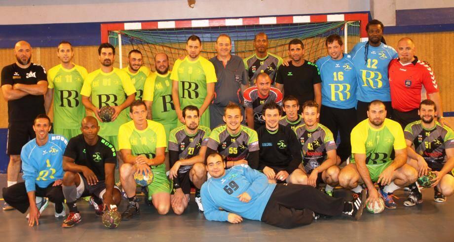 Les équipes réunies autour d'Eric (6e) et Roger Badalassi (7e debout).