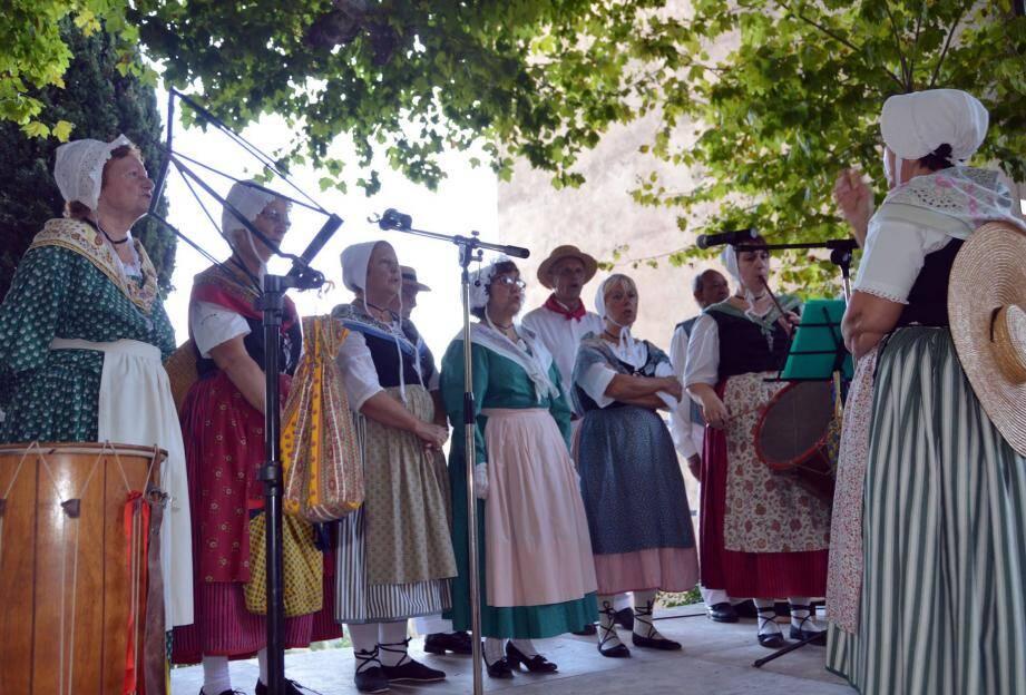 L'Aïgo Vivo qui a chanté en provençal la messe célébrée par le père Constant Dabiré, a aussi animé la place par ses chants et ses danses et participé à l'apéritif offert à la population.