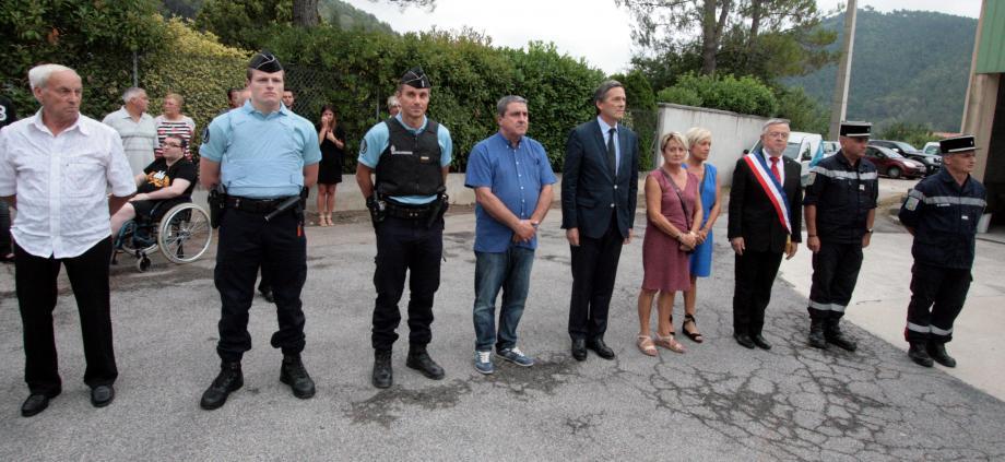 Les autorités autour de Dany Fulcheri et sa famille pour rendre hommage à l'adjudant Jean-Pierre Fulcheri décédé en intervention.