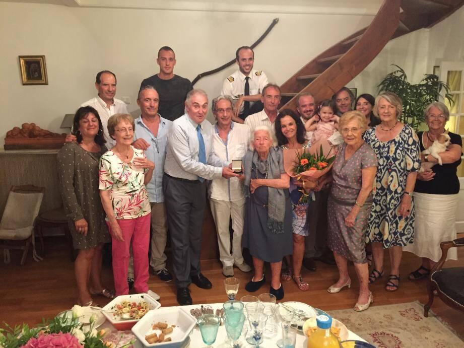 Paule Bossier (au centre) entourée de ses proches. (DR)
