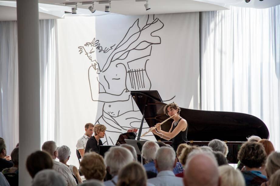 La flûtiste Juliette Hurel a enchanté l'auditoire du musée Cocteau. Elle était accompagnée par la pianiste Hélène Couvert.
