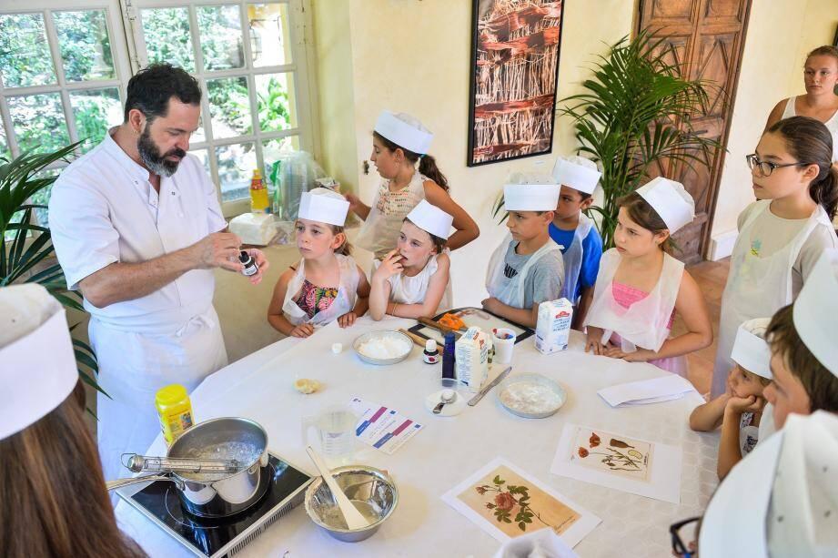 Autour de Raphaël Raccurt, animateur du patrimoine, les enfants ont appris à réaliser des bonbons.
