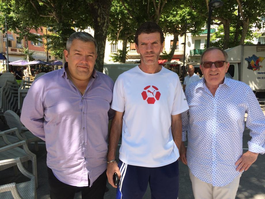 Gérard Martinetto (au centre), nouveau manager général de l'AS Vence, en compagnie du président Michel Szakolczai (à droite) et du directeur sportif Pascal Derepas.