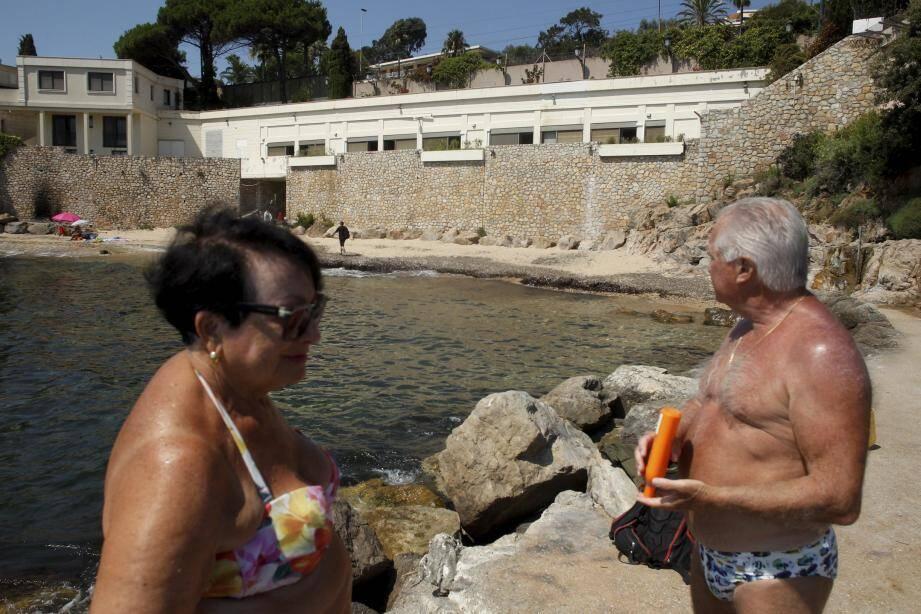 Au bout de 48 ans, les vacanciers les plus assidus ne sont pas prêts à céder leur plage, même à un roi.