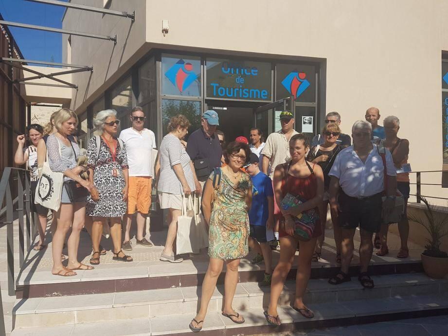 Avant de partir pour la visite, les touristes en profitent pour faire le plein d'informations sur la commune.