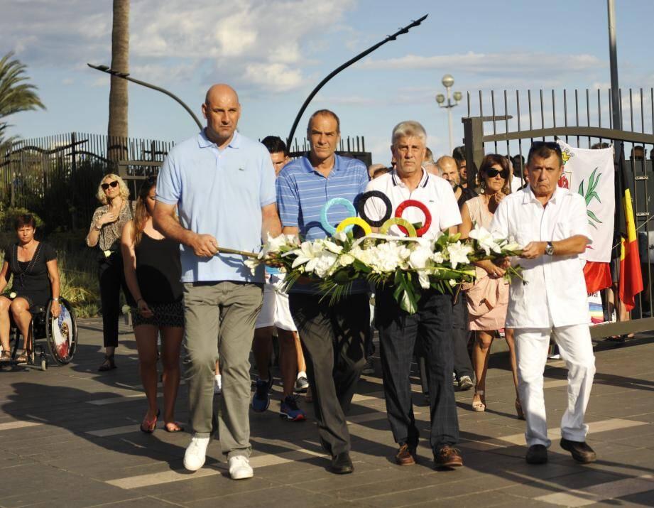 Les sportifs azuréens réunis autour du président du comité départemental olympique Philippe Manassero, avaient souhaité se recueillir à quelques heures du lancement des Jeux Olympiques de Rio.