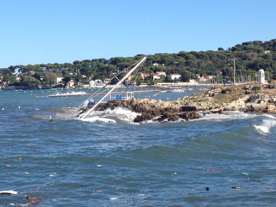 Le voilier de 13 à 15 mètres s'est disloqué à la pointe de l'Îlette, tout près du centre-ville d'Antibes.