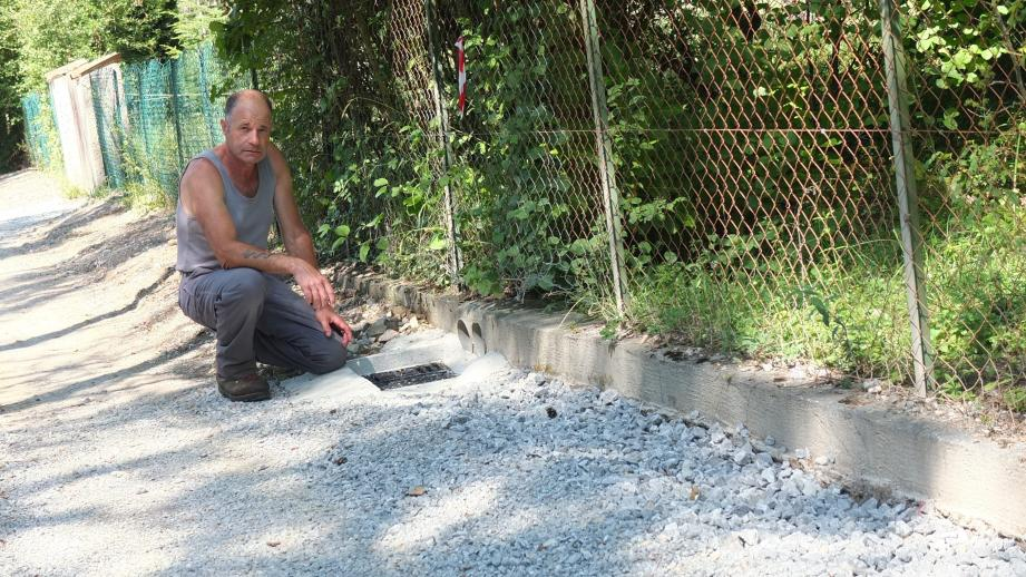 Christian Roux-Guisto finalise le drain placé devant le regard.