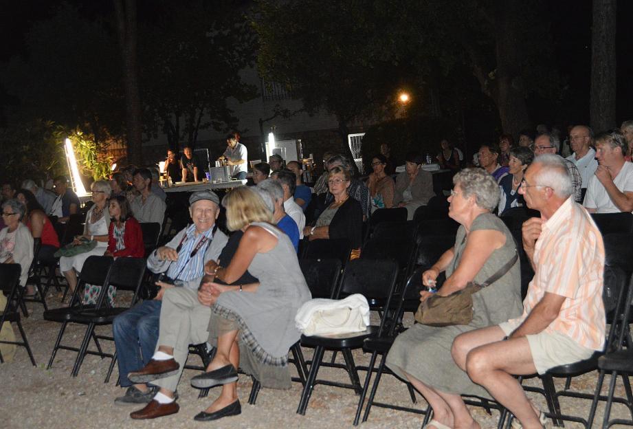 Un public un peu moins nombreux que d'ordinaire mais toujours aussi appréciateur du spectacle préliminaire et des projections réalisées par les membres du ciné photo club.