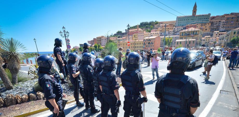 """A Vintimille, les heurts entre policiers et militants """"No Borders"""" se multiplient. La journée de dimanche a encore été tendue."""