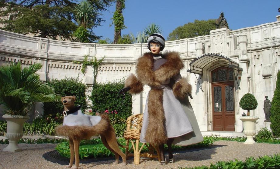 Une élégante en fourrure et chien-chien assorti posant devant le  Château de Valrose...