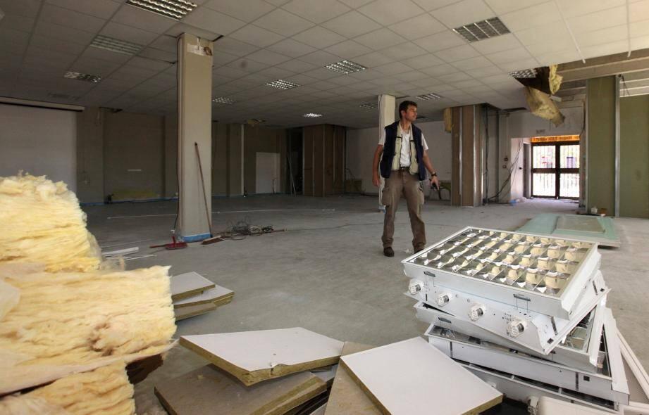 Gros chantier à la salle Ferrière de Saint-Laurent-du-Var qui devrait rouvrir ses portes mi-septembre.