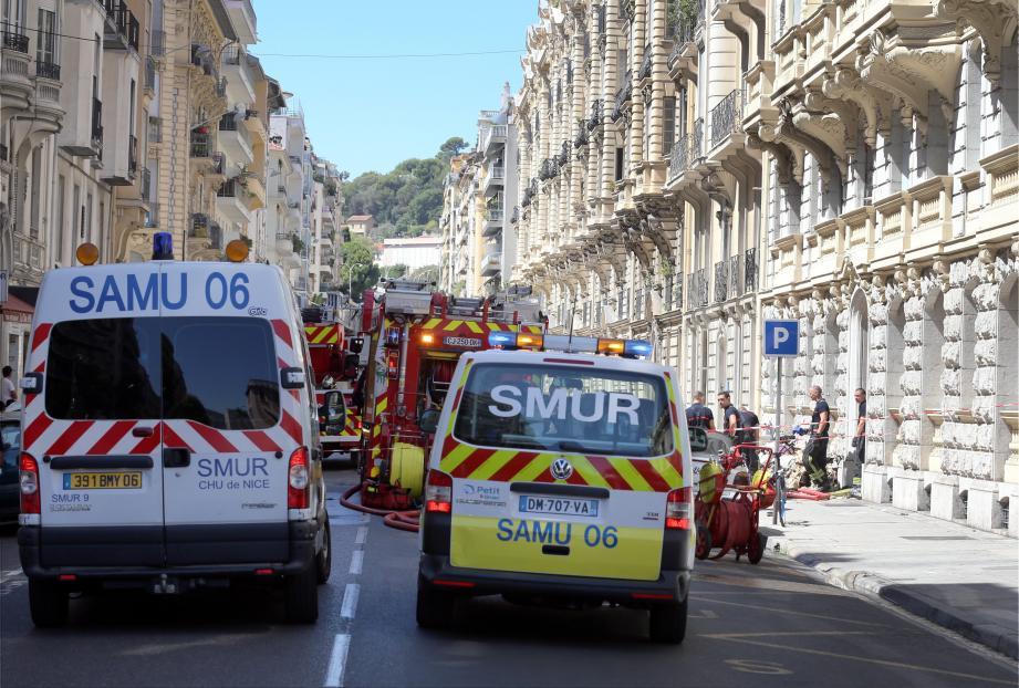 Pompiers et Samu sur place en nombre rue Châteauneuf, hier en fin de matinée. Photos Jean-François Ottonello