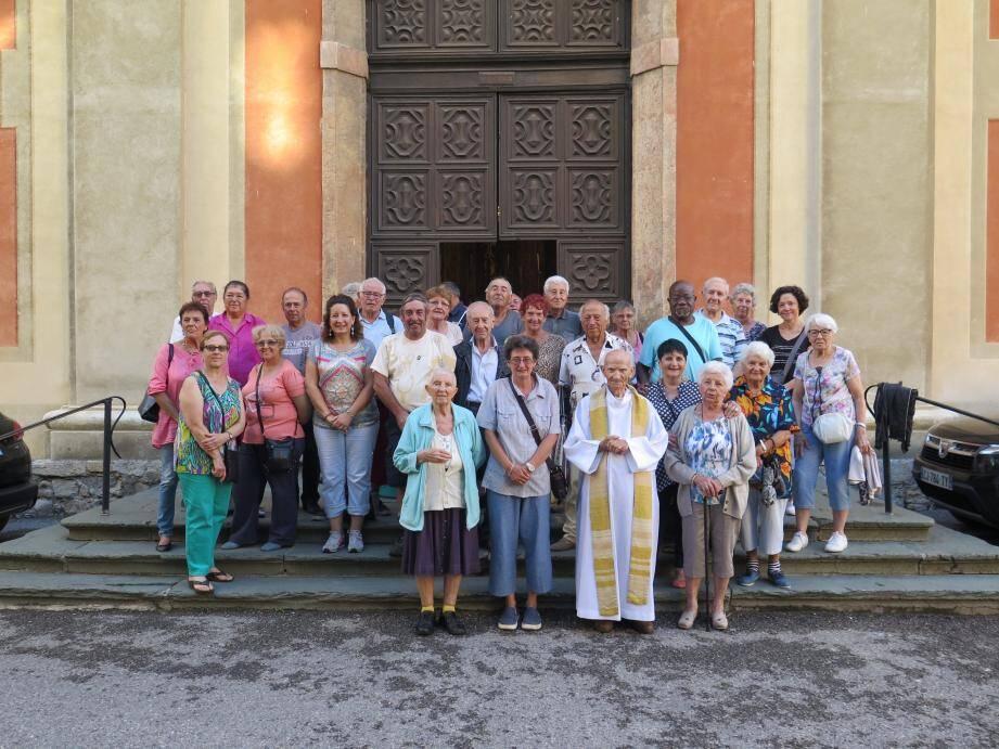 Les participants à la sortie de la messe avec le Père Sassi, la conseillère régionale Laurence Boetti-Forestier et le 1er adjoint Mario Amerio.