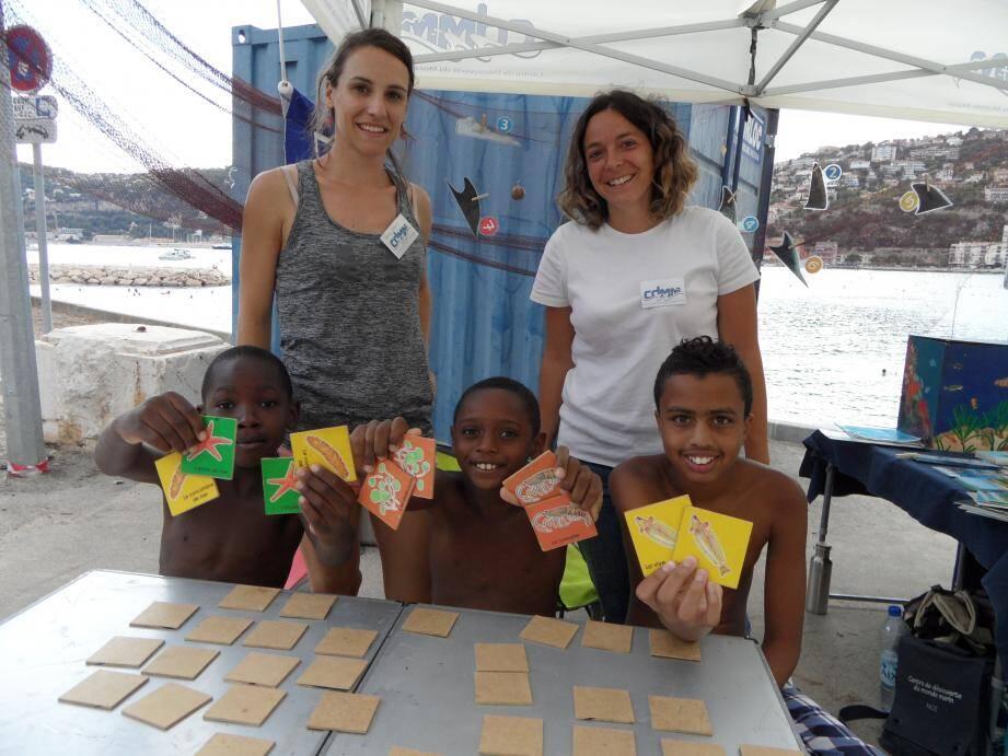 De gauche à droite : Hier, Alexandre, Jordan et Malik ont découvert les ateliers et les jeux de « Bibliomer », stand animé par Charline Gravouille et Marine Clozza.