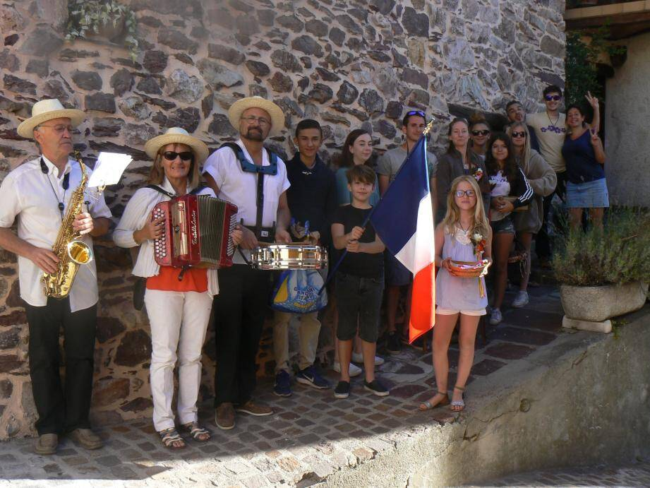 Les traditionnelles aubades dans le village avec demoiselles et garçons d'honneur entourés des musiciens.