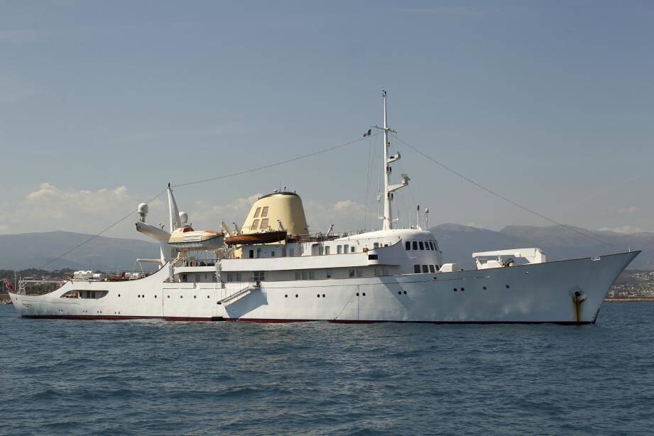 L'ancien yacht du milliardaire grec, Aristote Onassis, mouille au large des remparts d'Antibes. Au temps de sa splendeur, les plus grandes stars ont défilé à son bord.
