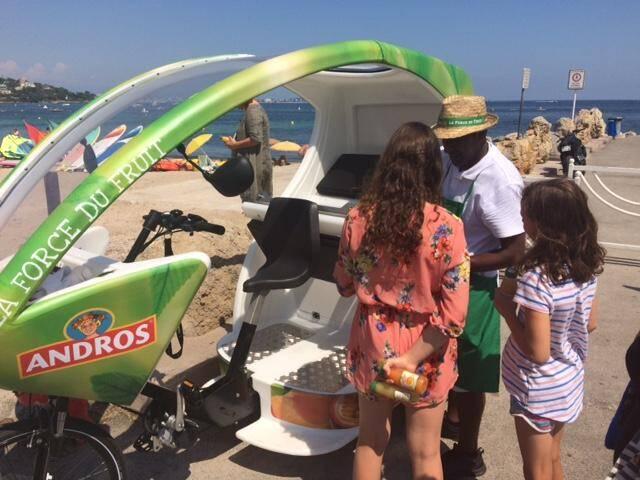 Transport de personnes, de marchandises et campagne de pub ambulante : le triporteur aux trois fonctions a ravi les vacanciers du côté du Palm Beach. Avant d'en être chassé. La guerre est déclarée !
