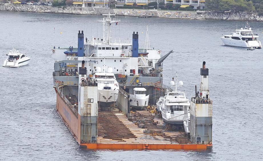 Le « Super Servant 4 », hier en rade de Villefranche. Un géant des mers qui transporte des voiliers et super-yachts dans le monde entier.