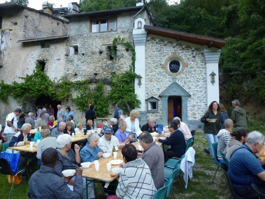 Une cinquantaine de personnes ont partagé la soupe au pistou devant la chapelle.