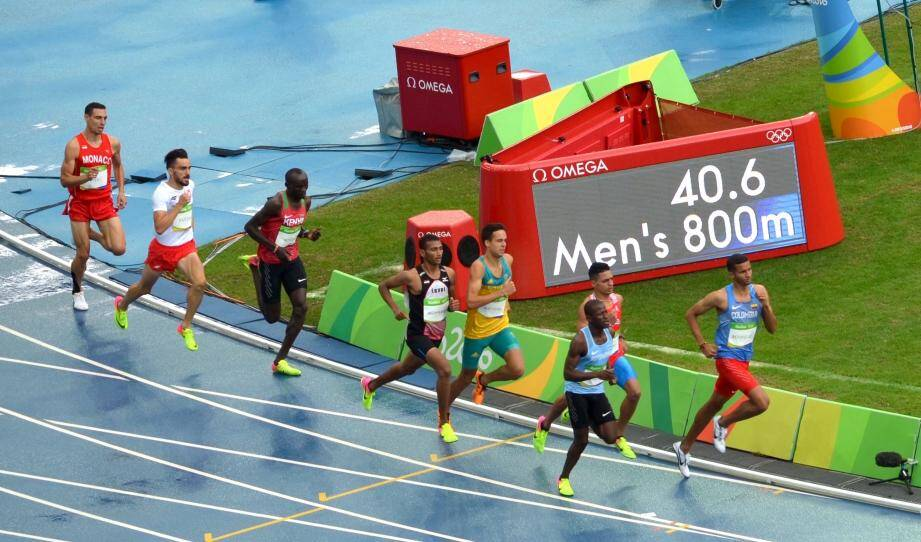 Brice Etes (en queue de peloton) a couru dans une série relevée sur la piste détrempée du stade olympique João-Havelange de Rio.