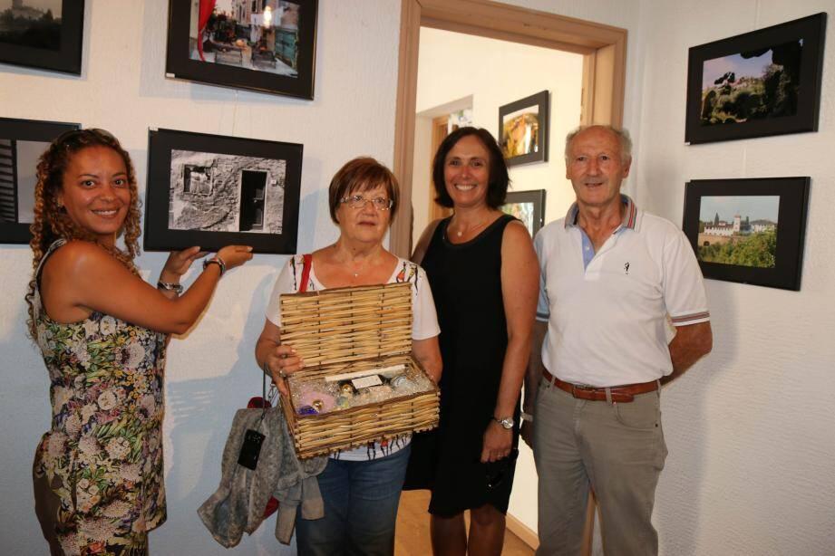 Bouchra Lassoued et Sandrine Pic, membres du jury (avec Annie Giannini), en présence d'Anna Fiaschi, présidente de Martinfiera, et Robert Nardi président de Racines Martigianes Valbonnaises.