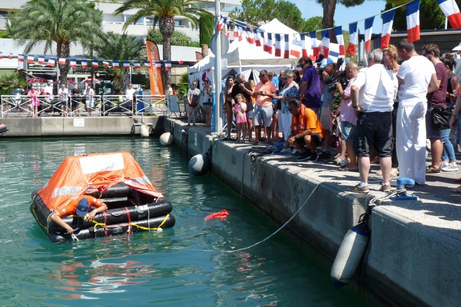 Hier à midi, lors de la démonstration du fonctionnement du radeau de survie. Les sauveteurs en mer, en orange, ont donné des conseils aux curieux venus participer à la journée porte-ouverte.