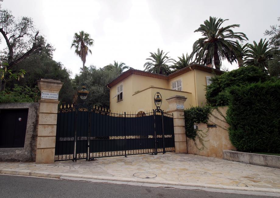 C'est derrière ce portail et cette dépendance, en apparence sans luxe ostentatoire, que se cache la villa Les Cèdres, présumée la plus chère du monde.