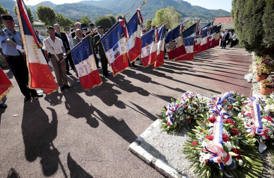 Instant d'émotion, hier matin, lorsque devant la stèle envahie de gerbes et de bouquets, les porte-drapeaux se sont inclinés à la mémoire des 21 résistants fusillés à L'Ariane, le 15 août 1944.