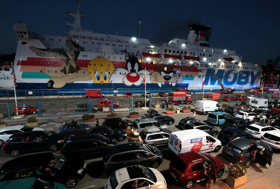 Plus de cent pompiers sont intervenus à bord du ferry jusqu'à minuit.