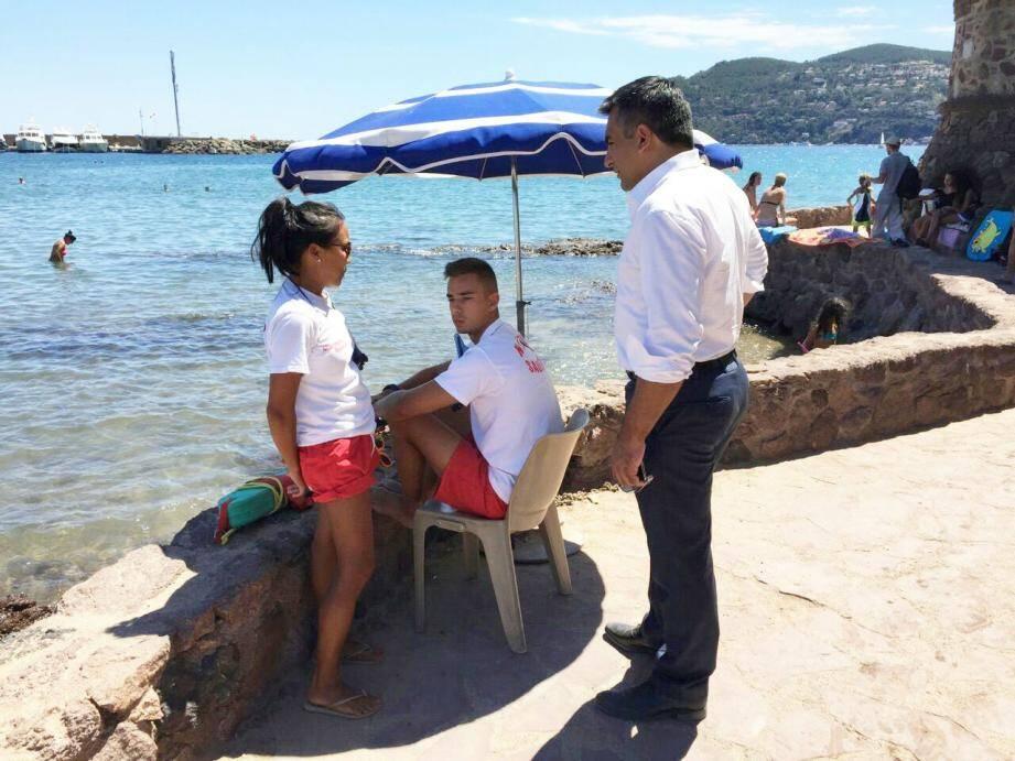 Sébastien Leroy, le premier adjoint, a rencontré les équipes de surveillance des plages. Cette année, 14 maîtres-nageurs-sauveteurs, des agents de la police municipale, et 4 militaires sont présents sur le littoral mandolocien.