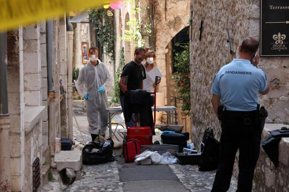 Le drame s'est joué rue Grande, au pied de l'hôtel Saint-Paul. Les lieux ont été passés au peigne fin toute la matinée, interdits aux nombreux passants.