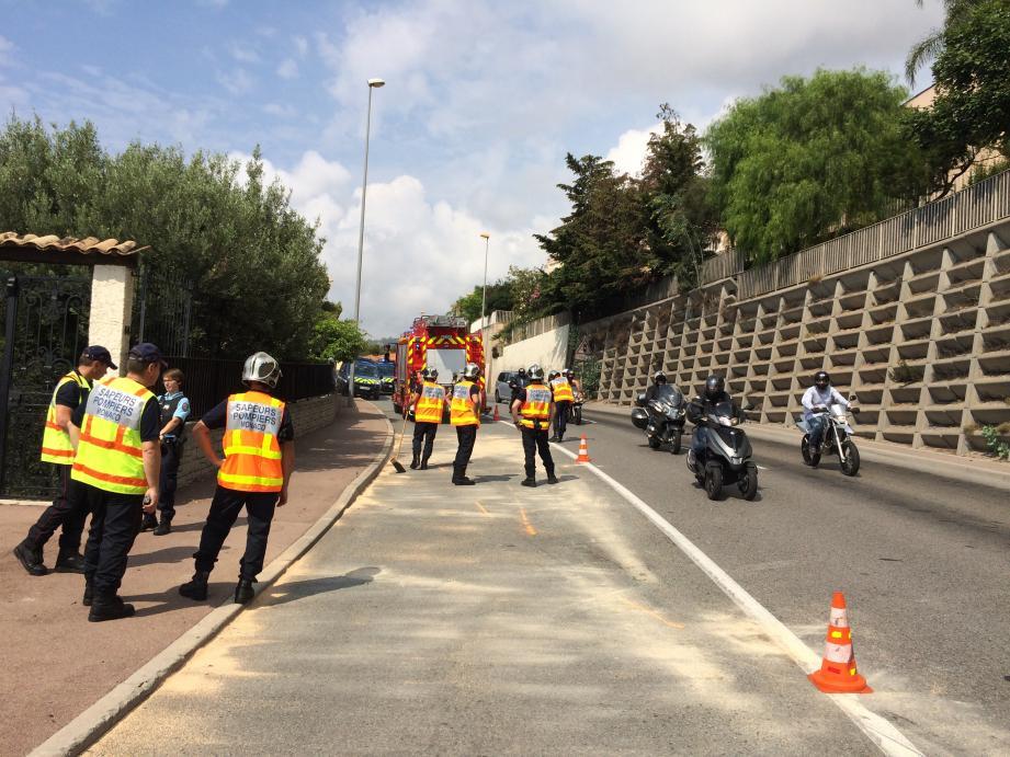 Les sapeurs-pompiers de Monaco et les gendarmes de Menton ont découvert le pilote du scooter sur la chaussée, inconscient.