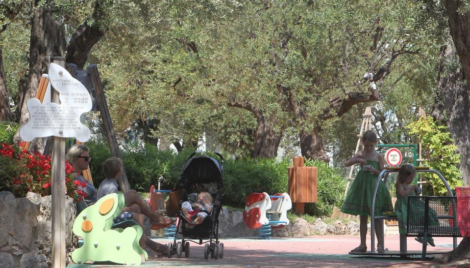 Le parc Princesse-Antoinette est le territoire des balançoires, tourniquets… et de l'olivier.