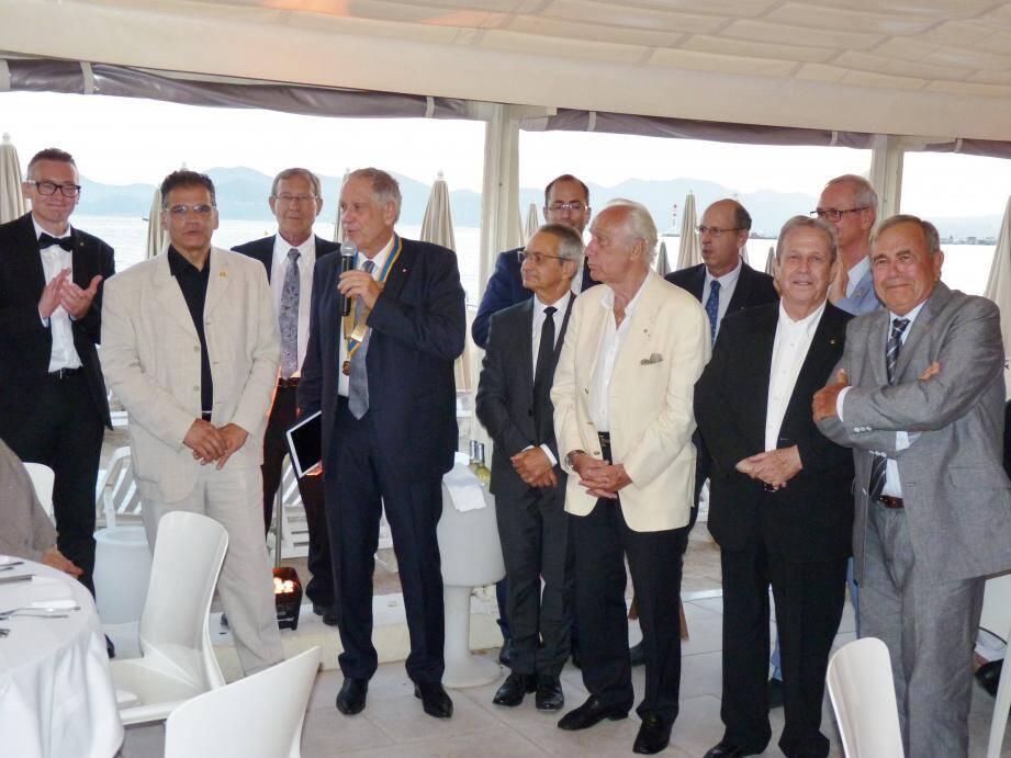 Lors de la passation de pouvoir entre Yves Augeix (arrière plan, 3e à gauche) et Alain Le Roux (au micro) à Cannes, en présence du comité composé de (de gauche à droite) Jean-Charles Lesser, Tancrède Bonnici, Jean-Paul Helix, Gérald Prud'Homme, Han-Paul Bodifée, Denis Occelli, Jacques Gouzien, Jean-Louis Matout et Georges Gilli.