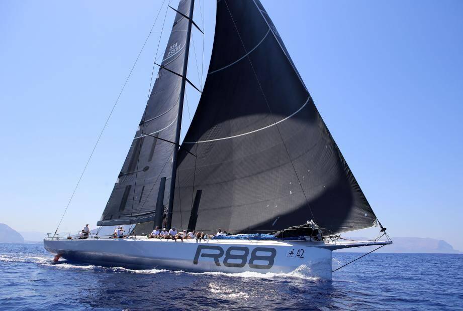 Le bateau vainqueur de la course en pleine action.