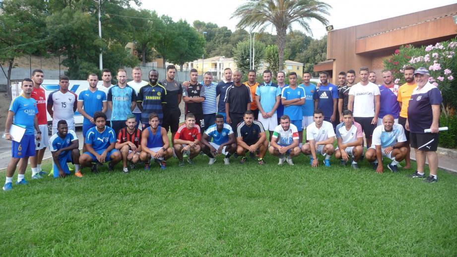 Toute le groupe avec les deux coaches, à gauche Mickaël Moreno, à droite, Richard Bettoni, et au centre, en maillot rayé, le président, Laurent Balicco.