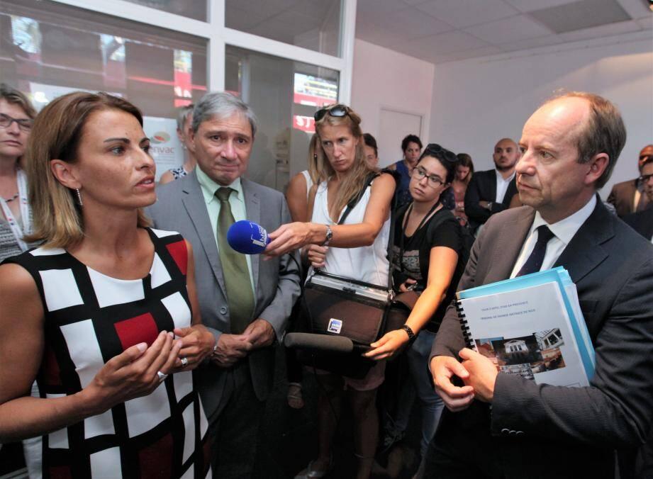 Le ministre en discussion avec Élodie Dalloz, qui coordonne l'aide aux victimes avec l'association Montjoye.