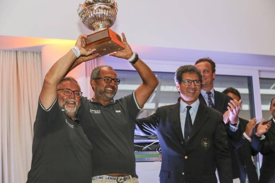 Franco Manzoli et Leonardo Servi du bateau Scricca, qui ont fini en première place au temps compensé, ont recu leur prix des mains de Agostino Randazzo, président du Circolo della Vela Sicilia.