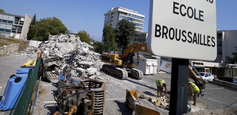 La démolition des logements et la construction de l'école provisoire ont bien avancé.