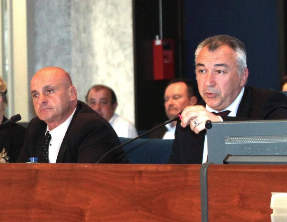 Patrick Villardry, premier adjoint, et Joseph Segura, maire, tous deux les Républicains, lors du conseil municipal du 30 mars.