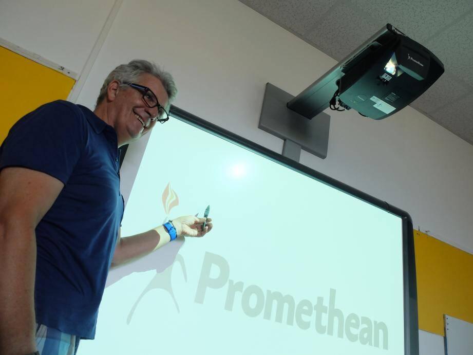 Pierre Lombard, le directeur de l'école, devant les tableaux interactifs qui accompagneront élèves et enseignants du groupe scolaire André-Malraux.