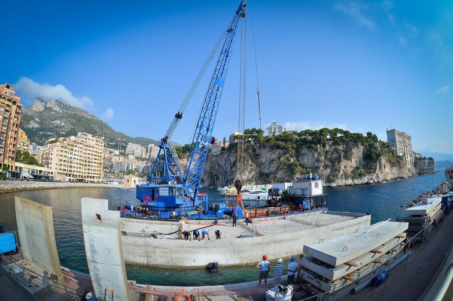 Le caisson de type « Jarlan » a nécessité l'engagement de nombreux techniciens et de plongeurs pour être tracté et installé au droit du quai de la digue du port.