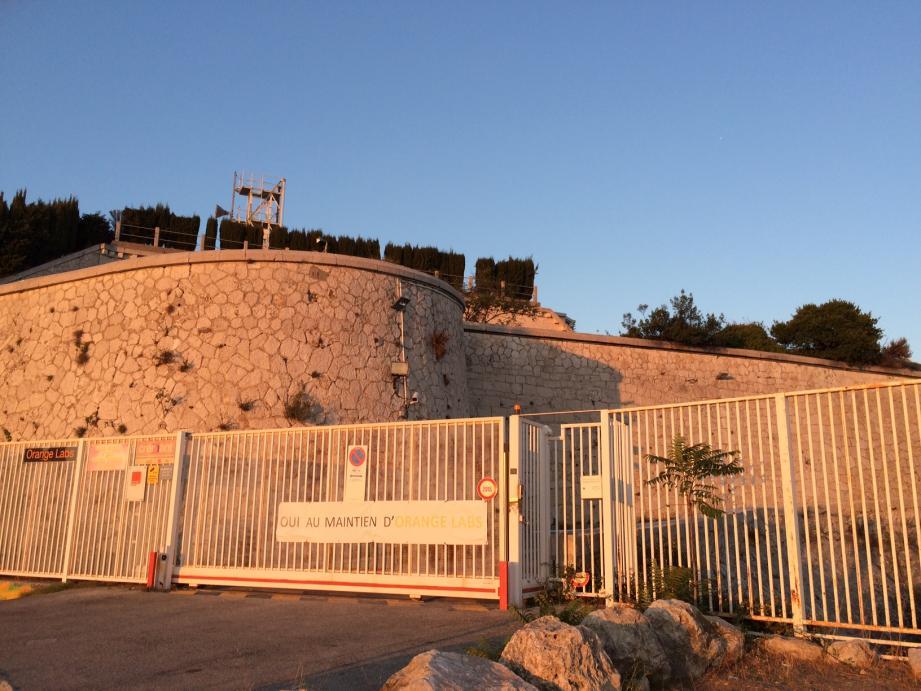 « Oui au maintien d'Orange Labs » : la banderole apposée sur le portail d'entrée du fort Masséna témoigne, aujourd'hui encore, de la résistance des salariés pour conserver un site jugé « unique au monde ».