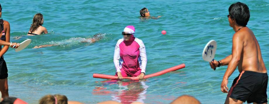 Une femme en burkini sur une plage azuréenne (image d'illustration)