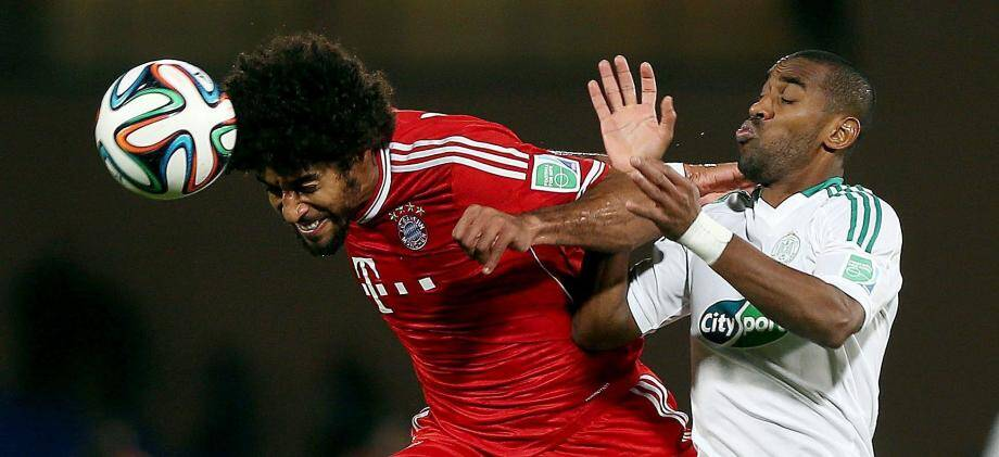 ©MOHAMED MESSARA/EPA/MAXPPP - epa03998520 Mouhssine Iajour  (R)  of Raja Casablanca vies for the ball with Dante  (L)  of  FC Bayern Munich  during the final match of the FIFA Club World Cup between  FC Bayern Munich and Raja Casablanca in Marrakech, Morocco, 21 December 2013.  EPA/MOHAMED MESSARA MOROCCO SOCCER FIFA CLUB WORLD CUP