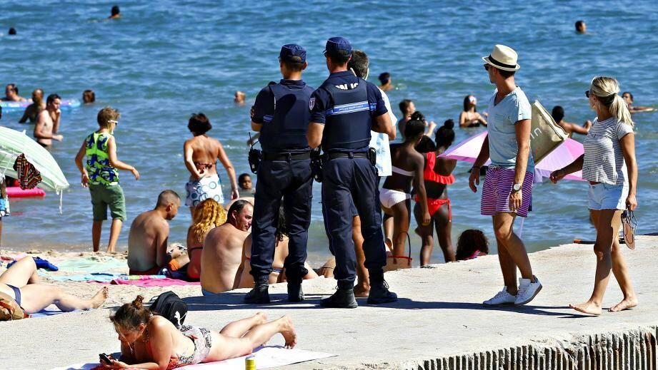 """Depuis la validation vendredi dernier, par le tribunal administratif, de l'arrêté cannois """"anti-burkini"""", les contrôles se multiplient à Cannes."""