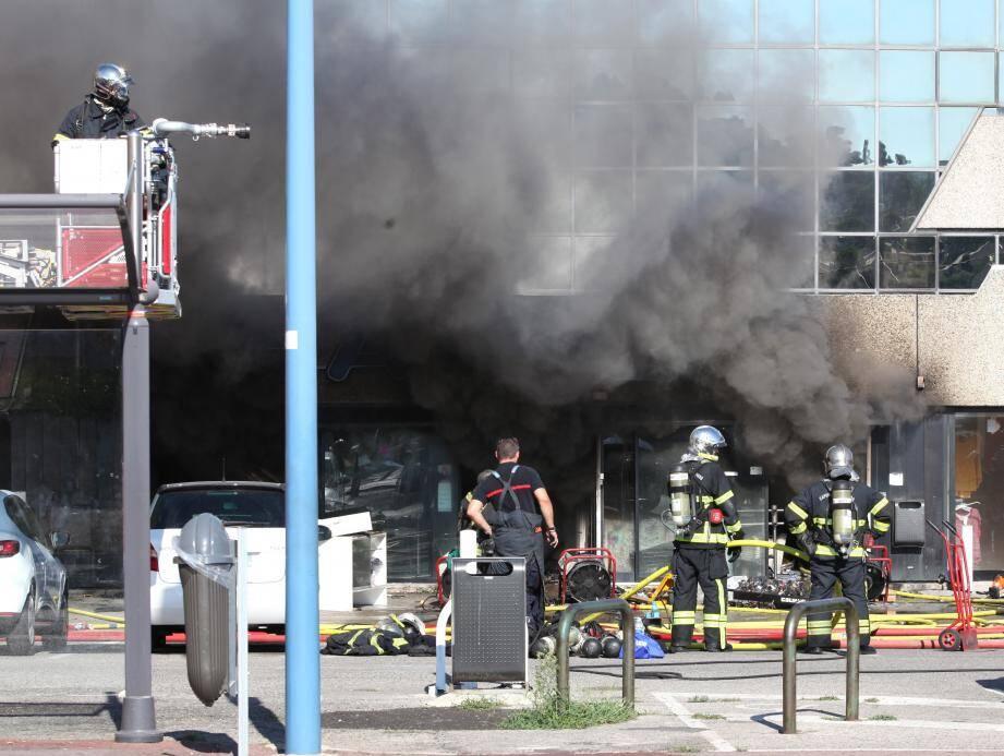 Le magasin Babali ravagé par les flammes.